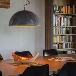 Betonowa lampa we wnętrzu