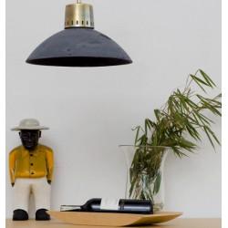 Lampa wisząca z betonu z metalowym akcentem